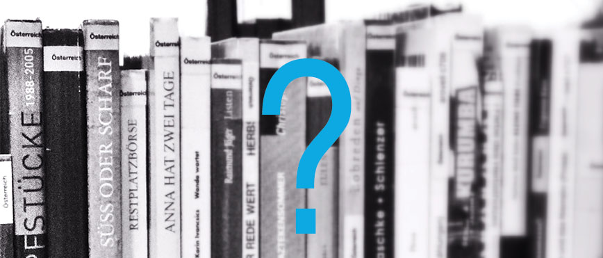 Bücherregal mit Fragezeichen