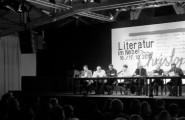 Literatur im Nebel – Bühne mit Schauspielern bei einer Lesung